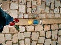 Jambes et pieds d'une femme se tenant sur le plancher en pierre Image libre de droits