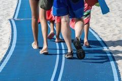 Jambes et pieds d'une marche de famille photographie stock libre de droits