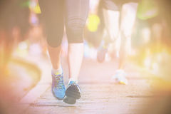 Jambes et pieds de closup pendant un marathon Photographie stock