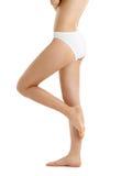 Jambes et torse dans des culottes blanches de bikini Images libres de droits