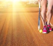 Jambes femelles avec la raquette de tennis Image libre de droits