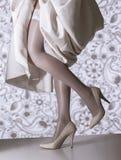 Jambes femelles avec la robe de mariage Image libre de droits