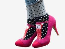 Jambes femelles dans des chaussures élégantes, chaussettes lumineuses et variées photo libre de droits