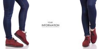 Jambes femelles dans des jeans et dans le modèle réglé de suède de chaussures de mode de beauté d'achat rouge de boutique photo stock