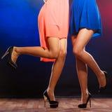 Jambes femelles dans la danse de talons hauts Image libre de droits