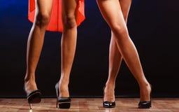 Jambes femelles dans la danse de talons hauts Image stock