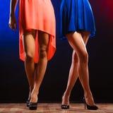 Jambes femelles dans la danse de talons hauts Photographie stock libre de droits