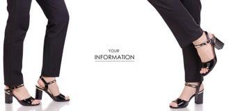 Jambes femelles dans le modèle réglé de noir de pantalon de laque de chaussures de style de mode de beauté d'achat classique noir photo libre de droits