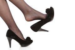 Jambes femelles dans les collants et des talons hauts Photographie stock libre de droits