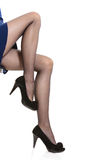 Jambes femelles dans les collants et des talons hauts Image libre de droits