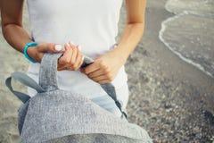 Jambes femelles dans les espadrilles et des jeans roses et bleus Images libres de droits