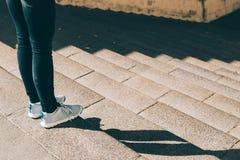 Jambes femelles dans les jeans et des espadrilles Photo stock