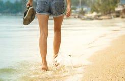 Jambes femelles marchant sur l'eau Photos libres de droits