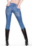 Jambes femelles sexy dans des jeans avec des bottes images stock