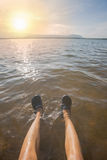 Jambes humaines sur l'eau Images stock