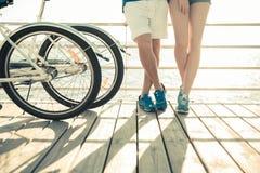 Jambes masculines et femelles avec la bicyclette dehors Image stock