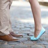 Jambes masculines et femelles pendant une date Photographie stock libre de droits