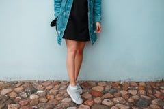 Jambes minces d'une jeune femme élégante dans des chaussures à la mode d'été Style moderne de rue de la jeunesse image libre de droits