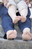 Jambes minuscules d'enfant et de sa mère Photo stock