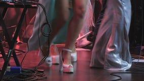 Jambes mobiles sur l'étape sur le concert clips vidéos
