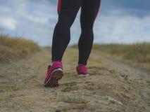 Jambes musculaires de plan rapproché Homme courant sur un fond brouillé Courant, pulsant, concept de marche Folâtre le concept de Image libre de droits