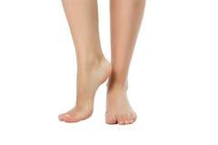 Jambes nues de femme d'isolement sur le blanc Images stock