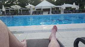 Jambes par une piscine Photo stock