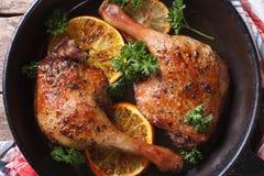 Jambes rôties de canard dans une casserole avec la vue supérieure d'oranges horizontale Images libres de droits