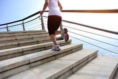 Jambes saines de femme de mode de vie fonctionnant sur le stai en pierre Photographie stock libre de droits