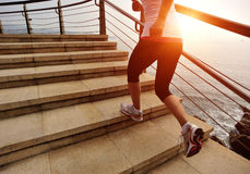 Jambes saines de femme de mode de vie fonctionnant sur les escaliers en pierre Photo stock