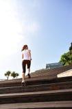 Jambes saines de femme de mode de vie fonctionnant sur les escaliers en pierre Photo libre de droits