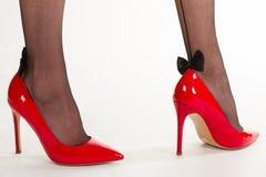Jambes sexy dans des chaussures à talons hauts rouges Photo stock