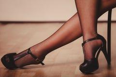 Jambes sexy de femme dans le noir Image libre de droits