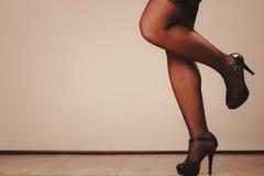 Jambes sexy de femme dans le noir Images libres de droits