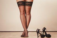 Jambes sexy de femme dans le noir Image stock