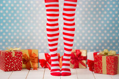Jambes sexy de femme de Santa Image libre de droits