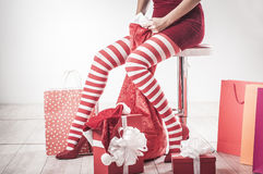 Jambes sexy de femme de Santa Photos libres de droits