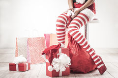 Jambes sexy de femme de Santa Photos stock