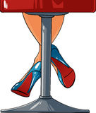 Jambes sexy de femme restant sur une chaise de barre Photographie stock libre de droits
