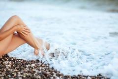 Jambes sexy du ` s de femmes belles sur la plage photos libres de droits