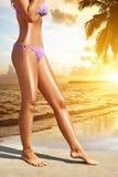 Jambes sexy du ` s de femmes sur la plage Photographie stock