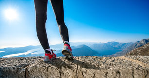 Jambes sportives sur la colline de montagne Images stock