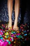 Jambes sur des confettis Photos libres de droits