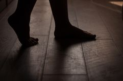 Jambes sur un plancher en bois chaud Photo libre de droits