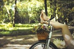 Jambes sur une bicyclette photographie stock libre de droits
