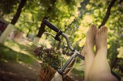 Jambes sur une bicyclette Images libres de droits
