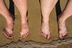 Jambes sur une plage sablonneuse en Palma de Mallorca, Espagne photos libres de droits