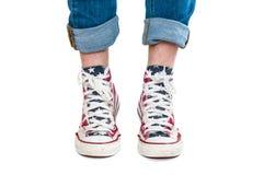 Jambes velues masculines dans des chaussures en caoutchouc rouges Images libres de droits