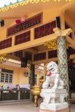 Jambi, Indonesië - Oktober 7, 2018: Binnenmening van de tempel van Vihara Satyakirti met godsdienstige standbeelden en joss pot i stock fotografie
