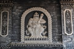 Jambi, Indonesië - Oktober 7, 2018: Gesneden standbeeld van Boeddhistische deity op de muren van Vihara Satyakirti royalty-vrije stock afbeeldingen